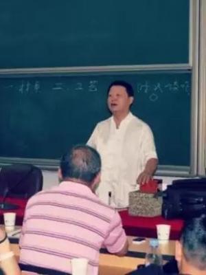 2018年3月24日-3月25日,著名杂项鉴定专家邓丁三老师来校授课